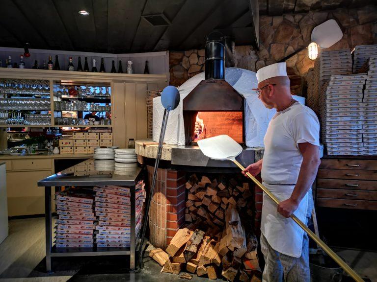 italienischer Pizzabäcker beim Pizza machen in Heilbronn